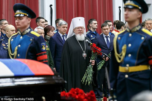 Thi thể của phi công đã được chuyển về nghĩa trang tưởng niệm Kominternovskoye. Lễ tang theo nghi thức Cơ đốc giáo chính thống được tổ chức trong nhà nguyện của nghĩa trang với sự tham gia của người thân phi công Filipov. (Ảnh: Tass)