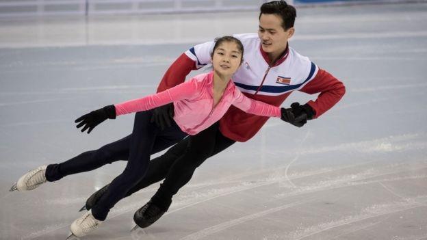Hai vận động viên trượt băng Ryom Tae-ok và Kim Ju-sik của Triều Tiên (Ảnh: AFP)