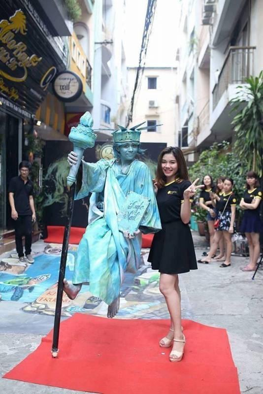 Nguyễn Thùy Linh (trái).