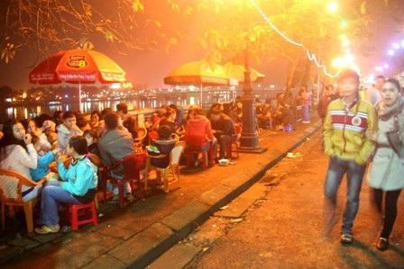 Phố đi bộ Nguyễn Đình Chiểu bên cạnh sông Hương và cầu Trường Tiền là một địa điểm phải đến khi thăm Huế nhất là về đêm