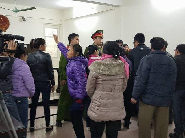 Ngay sau khi thẩm phán Tân vừa tuyên án, hàng chục người dân và người nhà bị cáo phẫn nộ la hét, gào khóc khiến lực lượng cảnh sát trật tự tại phiên tòa hết sức vất vả.