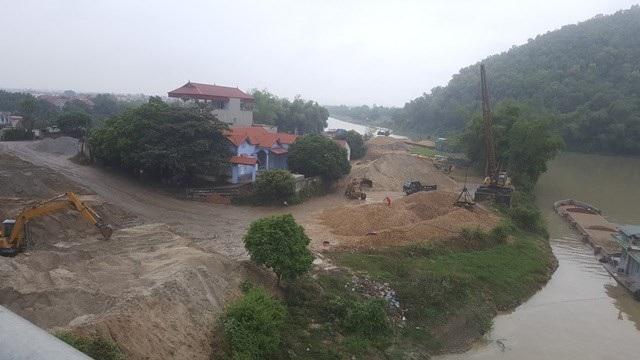 Những bãi tập kết cát, sỏi dọc sông Thương tại Bắc Giang.