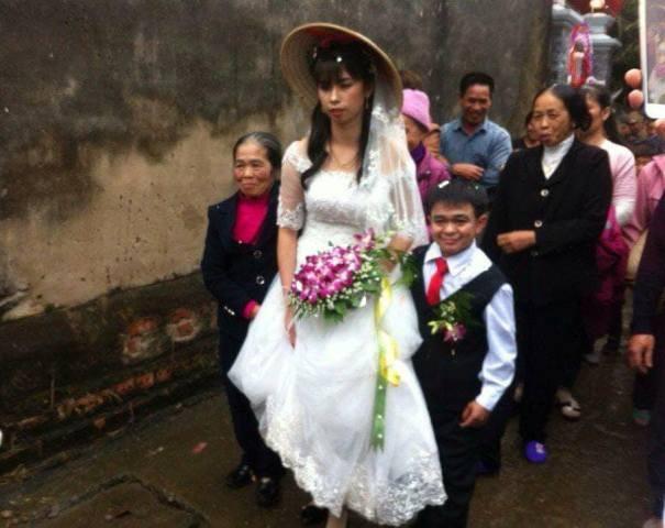 Đám cưới của cặp đôi đũa lệch ở Hà Nam gây xôn xao cộng đồng mạng. Ảnh H.H.N