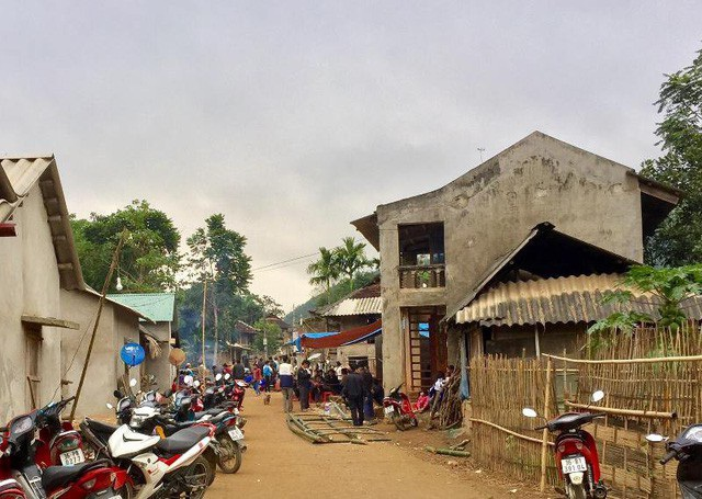 Người vợ tử vong ở huyện Quan Sơn đang được người dân mai táng