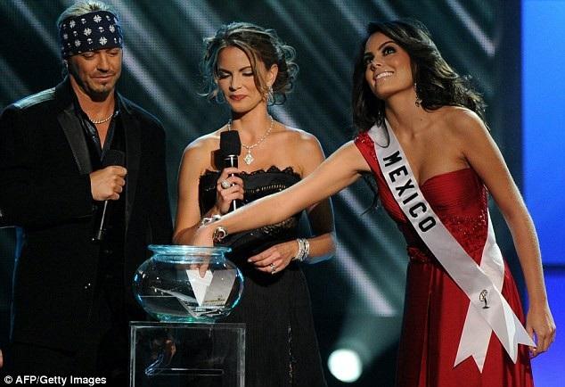 Hoa hậu Mexico - Jimena Navarrete - bốc thăm câu hỏi ứng xử. Dù là người đẹp đầu tiên được mời lên thực hiện phần thi này, nhưng Jimena đã thể hiện rất tự tin.