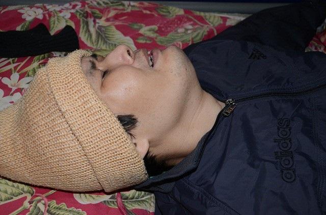 Anh Nguyễn Hùng Cường (39) vốn là một thanh niên khỏe mạnh, sau vụ tai nạn giao thông thì thành người tàn phế.