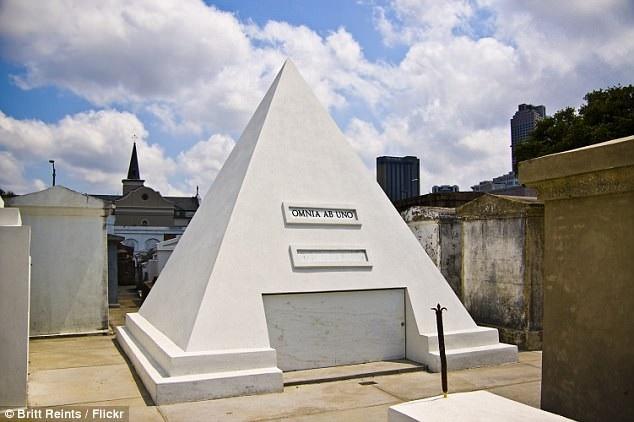 Cage đã đặt thực hiện một ngôi mộ hình kim tự tháp cao gần 3m xây dựng tại thành phố New Orleans, Mỹ.
