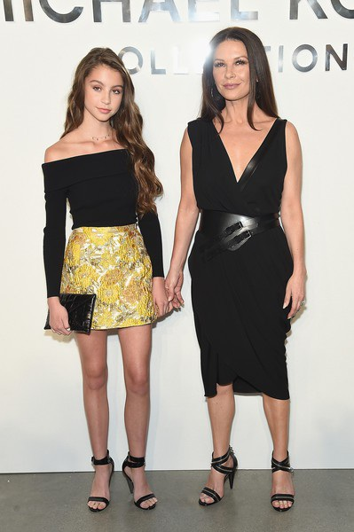 Catherine Zeta-Jones có 2 con, 1 trai, 1 gái, con gái cô Carys Zeta năm nay 15 tuổi và sở hữu nhan sắc hoàn hảo. Thi thoảng Carys Zeta cùng mẹ xuất hiện trong một vài sự kiện và thu hút đặc biệt sự chú ý của phóng viên ảnh