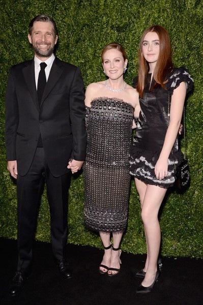 Minh tinh từng giành giải Oscar Julianne Moore và lần hiếm hoi đưa chồng và con gái đi dự sự kiện. Liv - Con gái ngôi sao phim Still Alice (ngoài cùng bên phải) năm nay 16 tuổi, đẹp rạng rỡ, duyên dáng