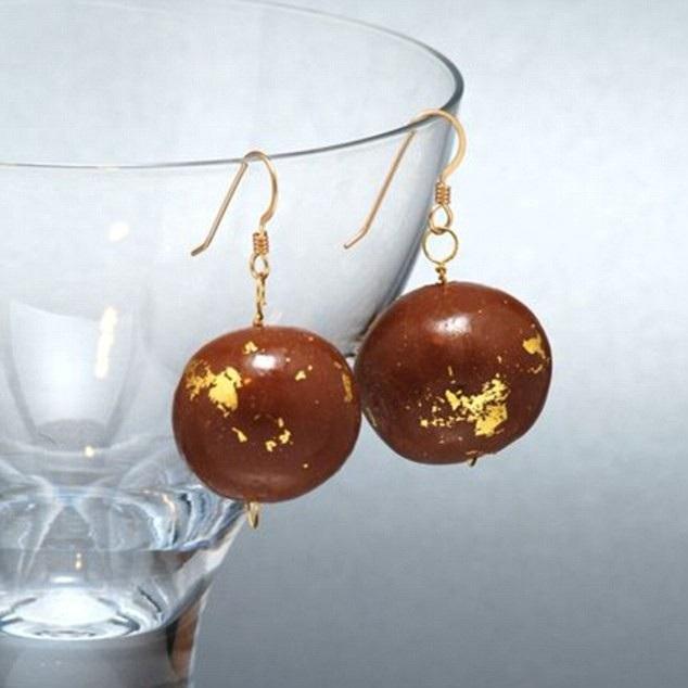 Khuyên tai bằng socola phủ vàng và không chảy kể cả đeo ban ngày!