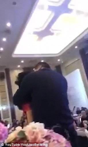 Hình ảnh người bố chồng ôm và hôn con dâu trước mặt quan khách (Ảnh: Youliaobeiming)
