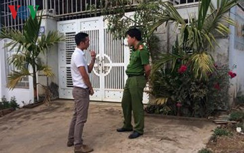 Cơ quan điều tra, Công an tỉnh Gia Lai thi hành lệnh bắt tạm giam và khám nhà đối với Nguyễn Đức Đệ tại nhà riêng.