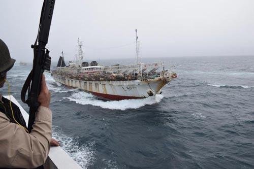 Thành viên lực lượng tuần duyên Argentina theo dõi tàu Jing Yuan 626 Ảnh: PREFECTURANAVAL.GOB.AR