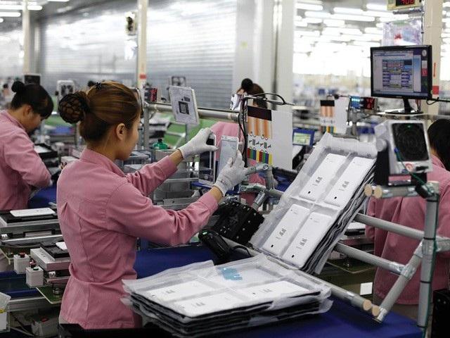 Công nhân trong dây chuyền sản xuất điện thoại Samsung tại Việt Nam.