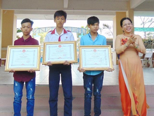 Các em Mới, Bằng và Khang (từ trái qua) nhận Bằng khen của UBND tỉnh Sóc Trăng.