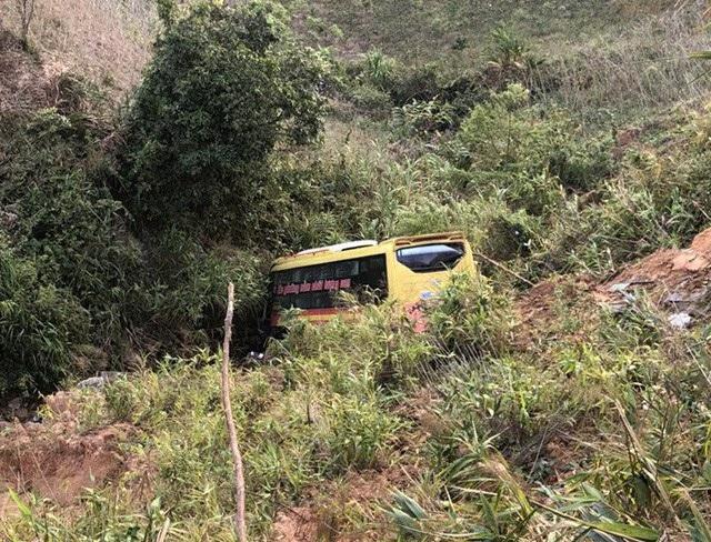 Chiếc xe khách lao xuống vực khi đổ đèo Lò Xo khiến 1 người tử vong và 19 người bị thương