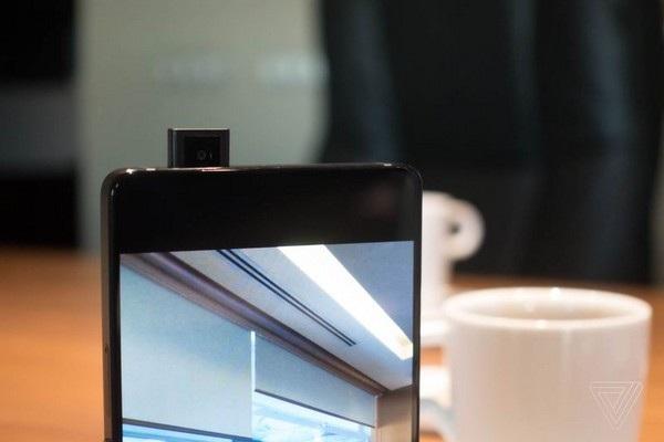 Camera trước được giấu bên trong máy và chỉ hiện ra khi cần sử dụng