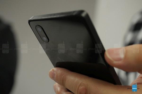 Cụm camera kép ở mặt sau sản phẩm