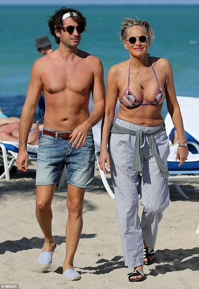 Sharon Stone đi tắm biển ở Miami ngày 9/3 vừa qua cùng bạn trai trẻ Angelo Boffa
