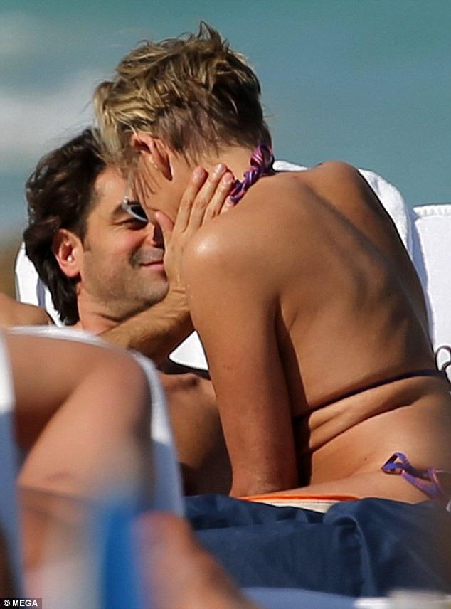 Angelo Boffa tình tứ bạn gái lớn tuổi trên bãi biển