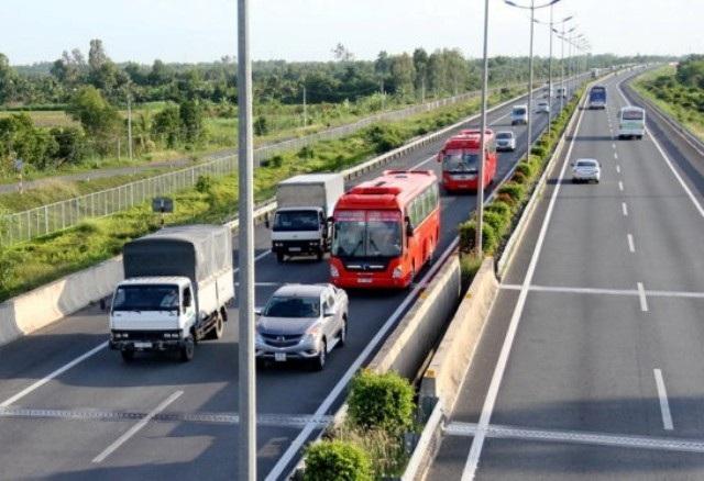 Việc các phương tiện đi quá gần nhau, dù không cùng một làn đường cũng là hành vi không nên, nhất là trên cao tốc.