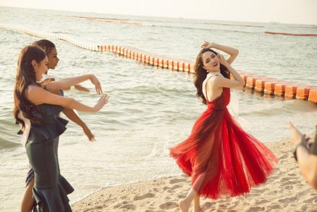 Trước đó, tiếp nối các hoạt động của Hoa hậu Hoa hậu Chuyển giới Quốc tế 2018, Hương Giang vừa có buổi ghi hình trên bãi biển Pattaya cùng các thí sinh. Diện bộ đầm đỏ gợi cảm, Hương Giang tiếp tục gây chú ý với vẻ đẹp nổi bật.