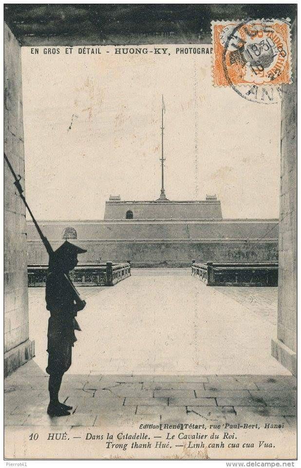 2 Điếm canh trên tầng 3 Kỳ Đài nhìn từ cửa Ngọ Môn ra trong một bức ảnh tư liệu xưa (ảnh: Trung tâm Bảo tồn Di tích Cố đô Huế cung cấp)