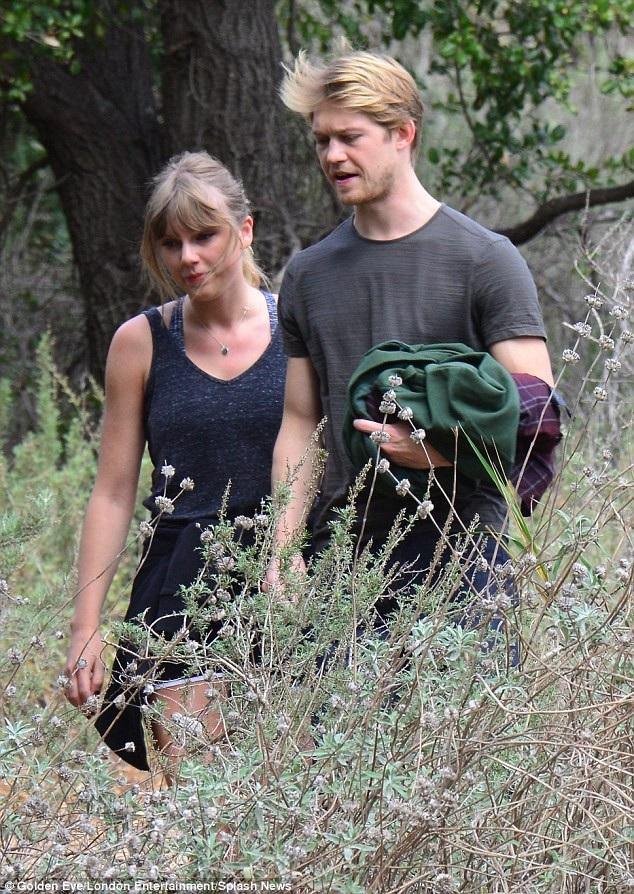 Taylor sở hữu khối tài sản lên tới 280 triệu USD còn Joe vẫn đang là một nam diễn viên mới, chưa có danh tiếng tại Anh.