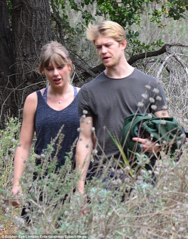 Trước Joe, Taylor Swift từng hò hẹn với nam diễn viên người Anh - Tom Hiddleston trong 3 tháng. Cặp đôi không ngại xuất hiện cùng nhau ở những nơi công cộng và sau đó, Taylor thừa nhận rằng, chính việc khoe khoang tình yêu với công chúng khiến mối quan hệ giữa họ không dài lâu.