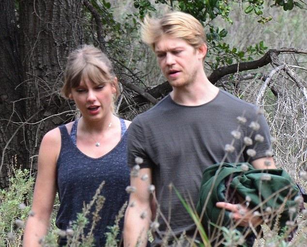 Taylor Swift và bạn trai Joe Alwyn tay trong tay hạnh phúc khi đi nghỉ cùng nhau tại Malibu, Mỹ, tháng ngày 8/3/2018.