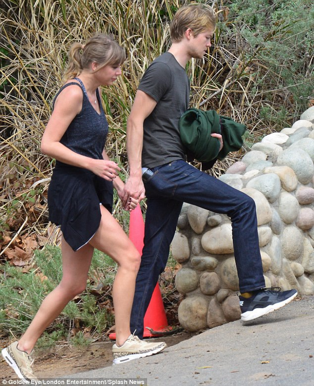 Một nguồn tin cho hay, Taylor còn thuê một ngôi nhà ở London để làm nơi gặp gỡ Joe mỗi lần cô tới Anh thăm bạn trai.