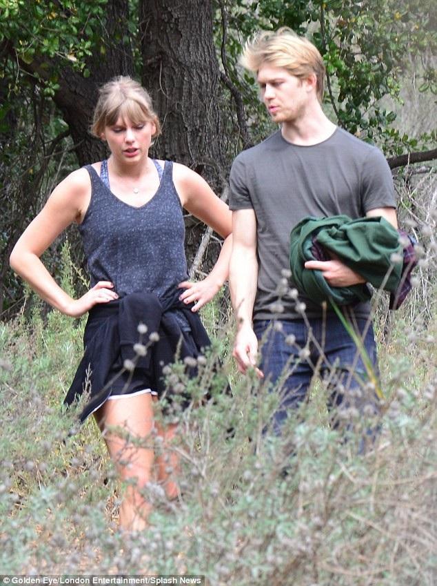 Một nguồn tin cho hay, trong suốt thời gian kể từ hò hẹn với Joe, Taylor thường xuyên bay sang Anh để thăm bạn trai. Cô cũng đã ra mắt những người thân trong gia đình Joe và cả hai bên gia đình đều ủng hộ mối quan hệ giữa họ.