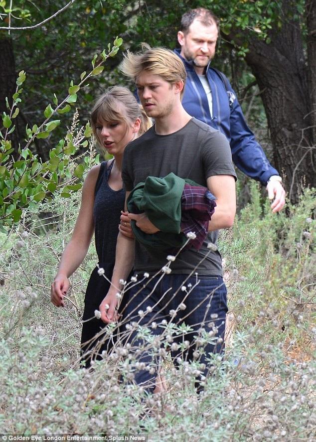 Có một vệ sĩ đi kèm, bảo vệ cặp tình nhân trẻ, đi sau họ vài bước. Taylor trông khá mệt khi đi bộ nên cô dựa vào chàng người yêu điển trai.