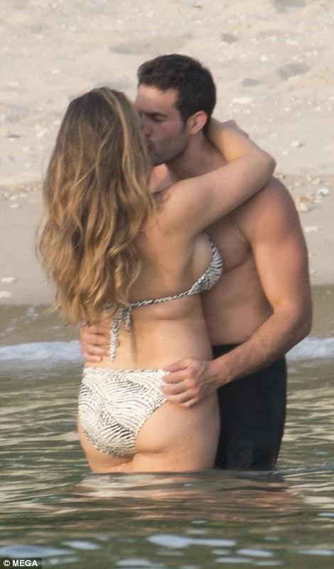 Kelly Brook tình tứ bạn trai Jeremy Parisi trên bãi biển Phuket, Thái Lan ngày 10/3 vừa qua