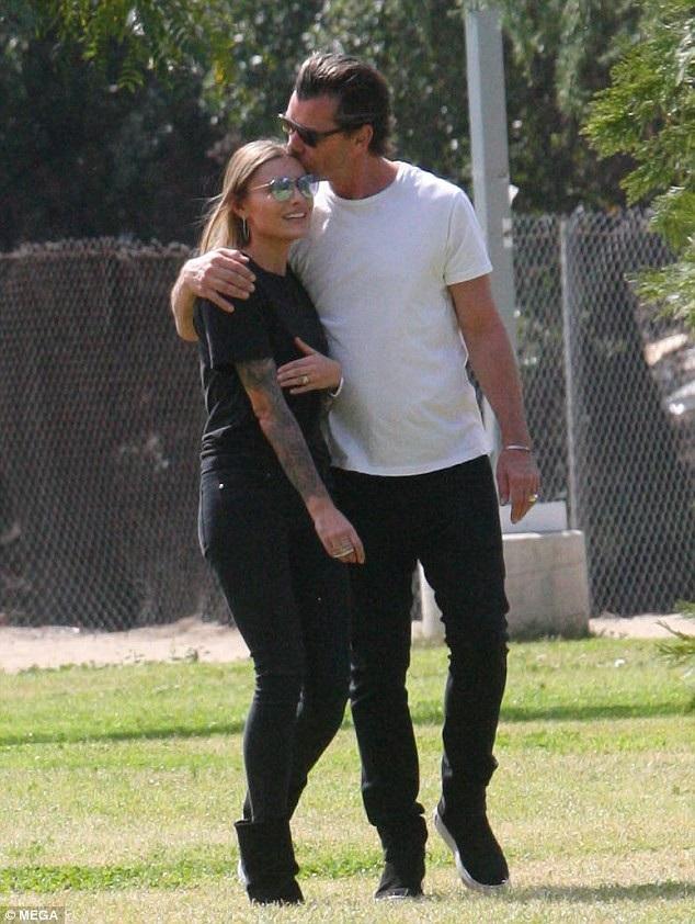Rocker Gavin Rossdale, 52 tuổi âu yếm hôn bạn gái Sophia Thomalla, 28 tuổi khi dạo chơi tại công viên ở Los Angeles ngày 10/3 vừa qua