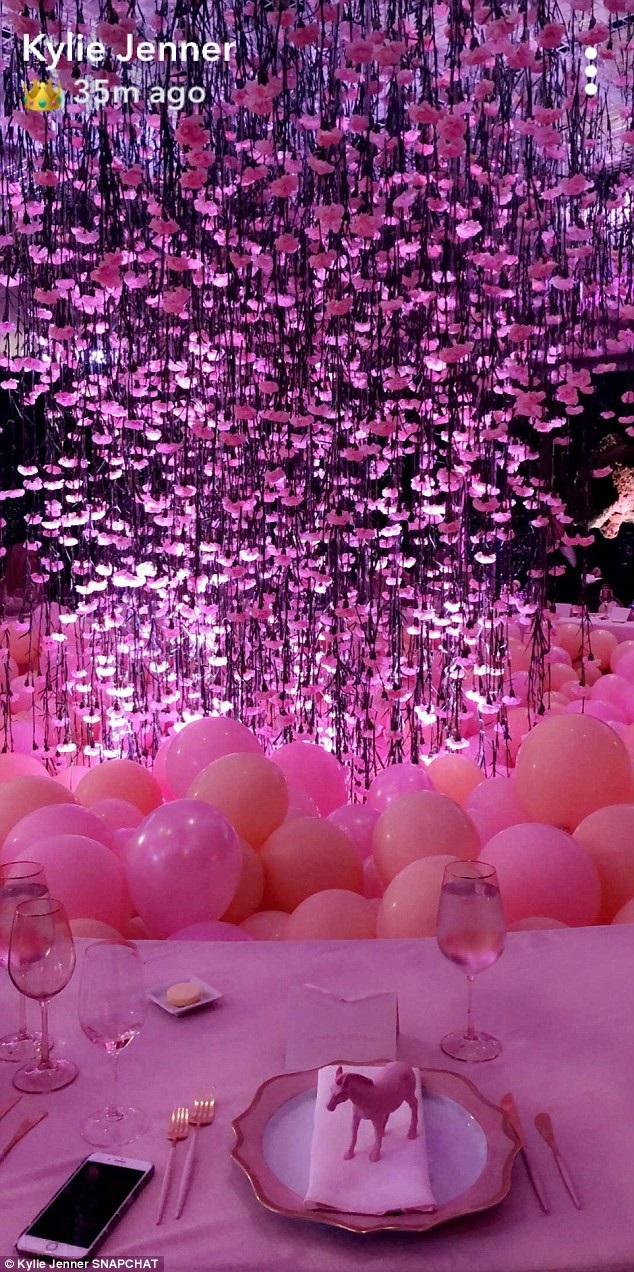 Quang cảnh xa hoa trong buổi tiệc mừng em bé sắp chào đời do Khloe Kardashian tổ chức tại Los Angeles ngày 10/3 vừa qua
