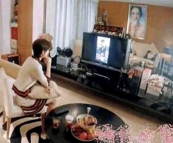 Nữ diễn viên Cổ Lực Na Trát (25 tuổi) cũng là một gương mặt mới nổi trong showbiz Hoa ngữ, giống như Địch Lệ Nhiệt Ba, cô cũng đến từ Tân Cương, cũng sở hữu vẻ đẹp hút hồn và một cái tên lạ. Nữ diễn viên mới đây cũng chia sẻ một góc ảnh chụp phòng khách nhà mình.