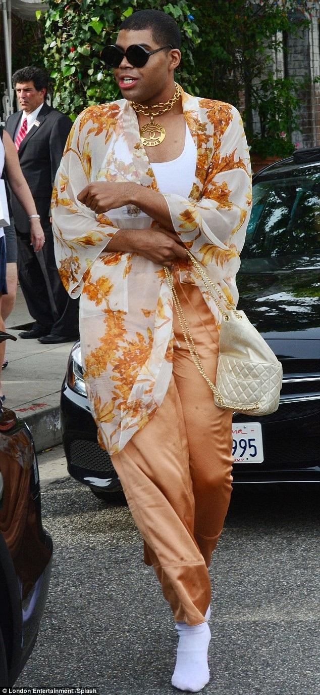 Ngôi sao truyền hình thực tế 25 tuổi diện trang phục voan lụa điệu đà
