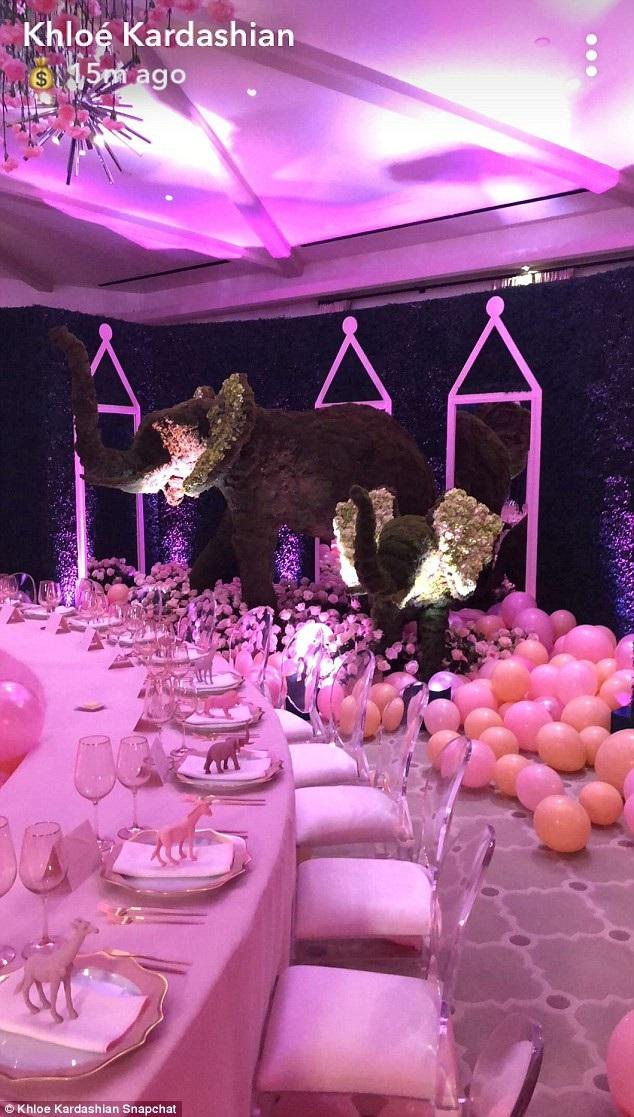 Phòng tiệc được sắp đặt cầu kỳ và dễ thương với tông màu hồng là chủ đạo