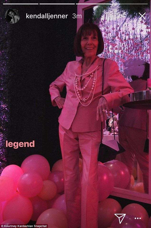 Bà ngoại của Khloe gần 90 tuổi vẫn rất trẻ trung khi dự tiệc