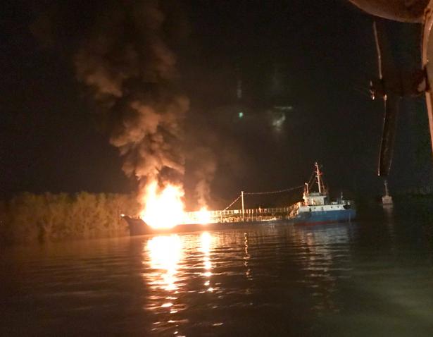Khi xảy ra sự cố, tàu đã bơm được khoảng 300m3, còn 600m3 trong hầm tàu. Trong khi vận hành xuất hàng thì máy bơm bị kẹt. Chủ phương tiện báo cáo và được Cảng vụ hàng hải Hải Phòng cho phép kéo ra khỏi khu vực cầu cảng để khắc phục nhưng đã xảy ra sự cố cháy nổ trên tàu.