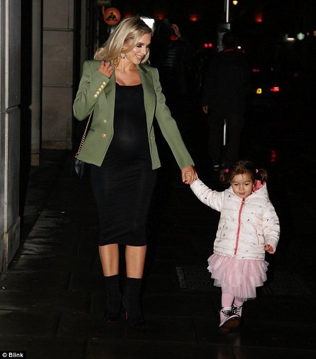 Helen Flanagan rạng rỡ đưa con gái cưng Matilda ra phố ngày 11/3 vừa qua