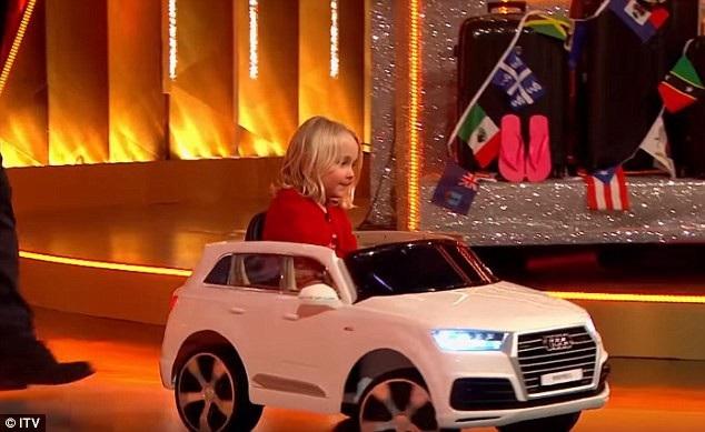 Cô bé Amelia lựa chọn chiếc xe điện mini thay vì chuyến du lịch ở vùng biển Caribbe.