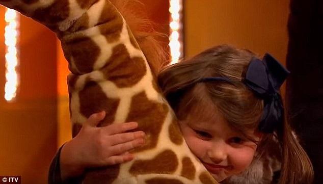 Aurora hạnh phúc ôm lấy chú hươu cao cổ nhồi bông thay vì kỳ nghỉ ở Dubai.