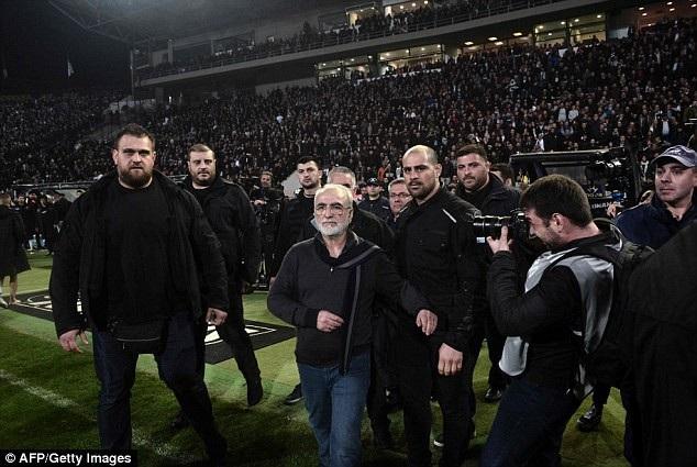 Chủ tịch CLB PAOK cùng dàn vệ sĩ xuống sân phản đối trọng tài