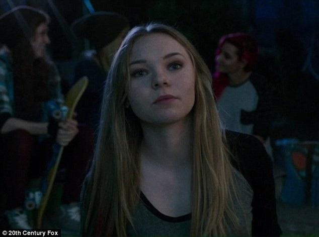 """Hickson cho biết vụ tai nạn trên phim trường đã khiến cô bị mất đi thu nhập từ những vai diễn mà có thể cô đã nhận được nếu không gặp phải chấn thương và phải điều trị lâu dài. Hickson trong phim """"Deadpool"""" (2016)."""