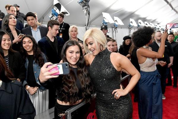 Bebe Rexha vui vẻ chụp hình cùng fans