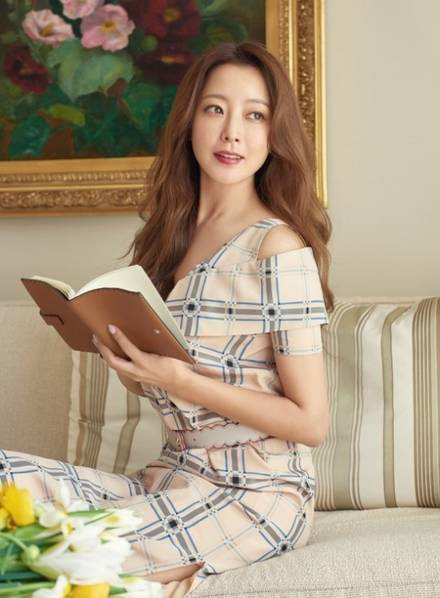 Kim Hee Sun kết hôn vào năm 2007 với một doanh nhân giàu có. Cô sinh con gái 2 năm sau đó. Kể từ khi lập gia đình và có con, Kim Hee Sun không còn tham gia các hoạt động của làng giải trí.