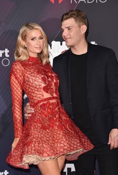 Paris Hilton sánh vai hôn phu Chris Zylka dự lễ trao giải