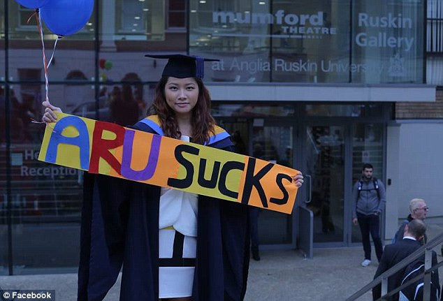 Pok Wong kiện trường Đại học Anglia Ruskin đòi bồi thường 60.000 bảng Anh.